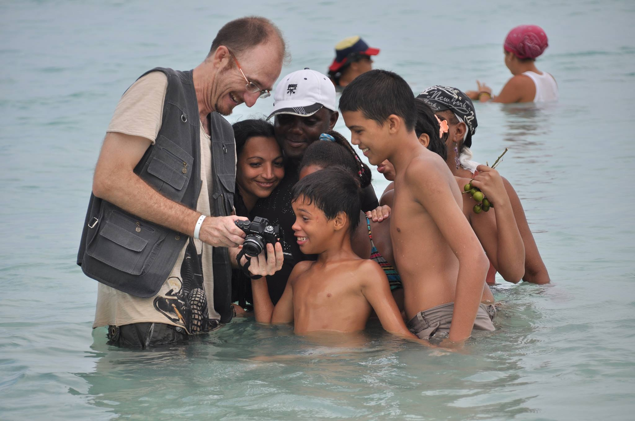 showing images into the water on the beach in my photo tours and workshops of photography in Cuba