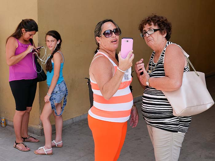 pictures of cuban connected to internet really concentrated in the call