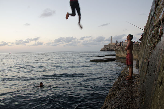 Photo-in-malecon-of-cuba young people jumping in my photo tour in cuba
